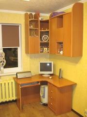 Компьютерный угловой стол с навесными полками