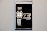 Женские часы с тремя насадками на кольцо циферблата