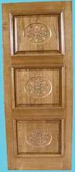 Двери входные деревянные: дуб-массив с резьбой